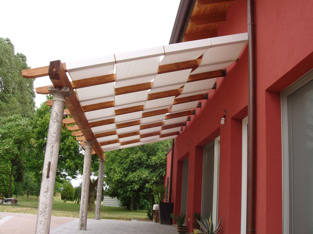 Pergolati in legno lamellare pergolati in legno addossati for Immagini di tettoie in legno